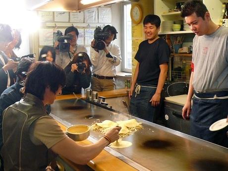 広島フィルム・コミッションが協力した、アジアのスターに広島の魅力を体感してもらうプロジェクト「Welcome to Hiroshima Project 2008」でお好み焼きを焼く、第1回ゲストの韓国歌手ソン・ホヨンさん。