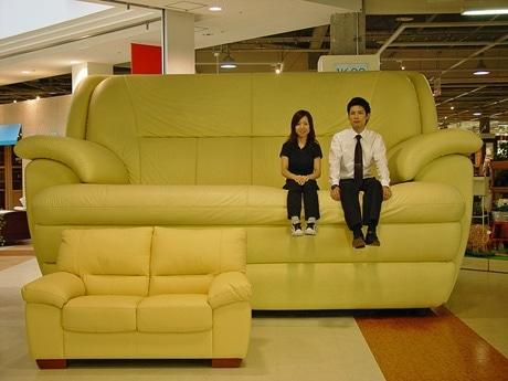 通常の約30倍の巨大ソファ。普段は写真撮影はできるが座ることができない。