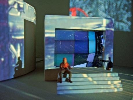 内側にガラスを貼った筒の奥に置いた小型テレビにはスタジオ内の映像を投影している