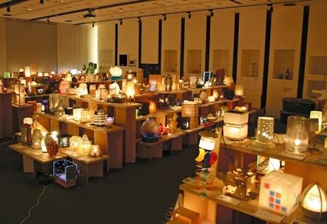 明かりを落とした室内に展示されるクリエーター手作りのスタンド