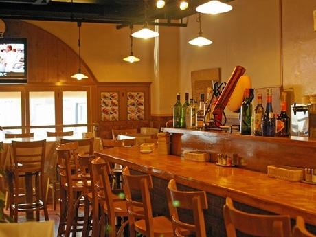 串料理がメーンの「たまり場食堂ロクの丘」店内