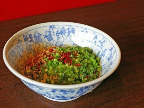 「チャリティー担々麺」で提供する汁なしの担々麺。しっかりたれを麺と絡ませて食べる。