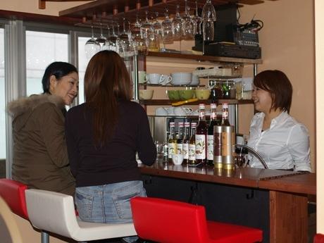 バーの2階では、昼間からボトルワインを開ける女性の姿も。