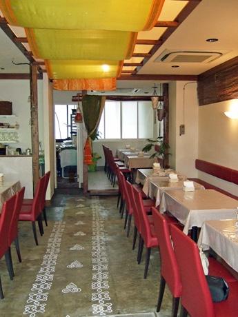 「ラーダカレーヴィラス」店内。床には「幸福を招く」といわれるインドの模様を描かれる。