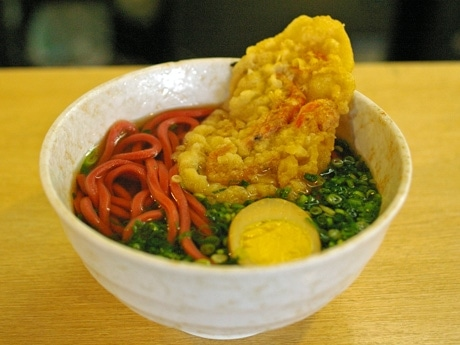 「カープ」を表現した赤い麺の赤うどん