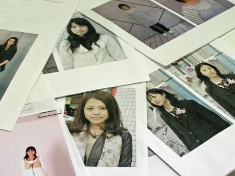 モデル登録会で撮影した写真。緊張からか固い表情の参加者も見られるが、同紙では表情も変化している。