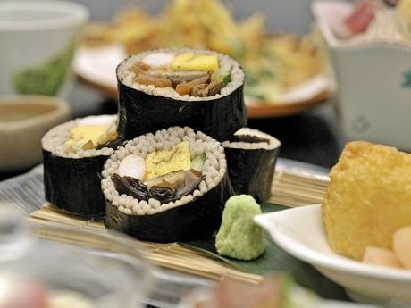 日本そばでエビや焼きアナゴ、キクラゲを巻いた夏季限定メニュー「蕎麦鮨(そばずし)」
