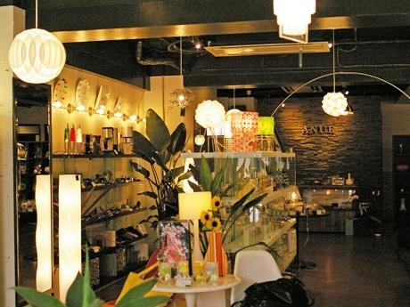 NYから輸入した照明が照らす店内には広島に未入荷の商品も並ぶ