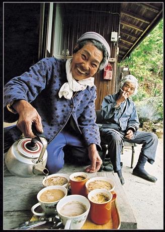 銅賞を受賞した写真。「コーヒーでもどうぞ」(亀田満喜代さん)