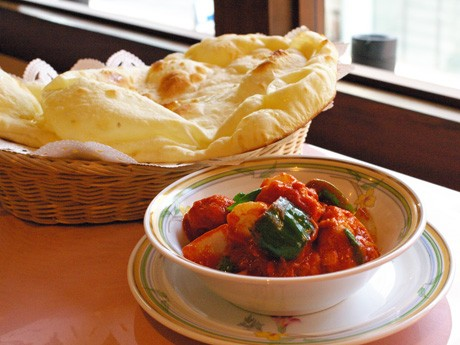 トマトソースのエビカレー「エビ・チリ」とインド風パン「サダナン」
