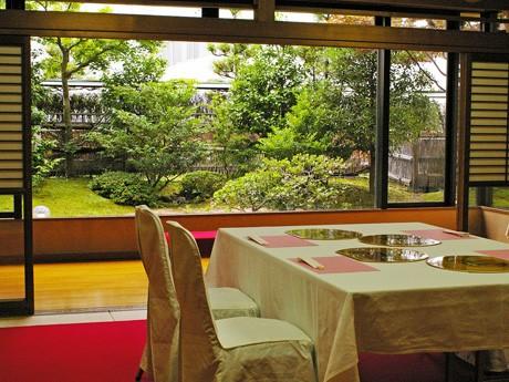 ふすまを開けると庭園が目に飛び込んでくる八丁堀シャンテ4階の庭園料理店「八丁堀別庭」