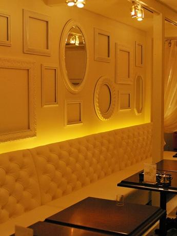 白を基調とした「MELANGE De SHUHARI(メランジュドゥシュハリ)」のモダンなカフェスペース