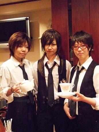 男装スタンド喫茶「リアン」のスタッフ。左から愁さん、店長の煌さん、桃瑠さん。