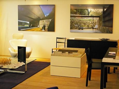 Cassina ixc.広島店内、2階フロアには家具と建築模型やパネルが展示される