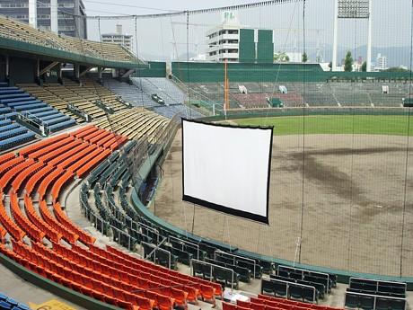 野外映画館へと変化する広島市中心部の旧広島市民球場のバックネット裏、スタンド席。