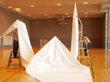 ギネスに挑戦する本番を前に試制した10分1サイズの折り鶴