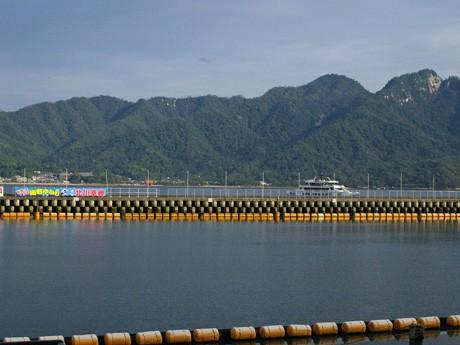 宮島競艇場内、第1投票所そばのスタンド席からの眺め。障害物がなく大鳥居を見ることができる。