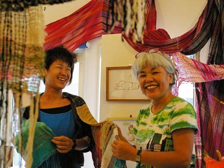 店主の船本由利子さん(右)と現在展示中の作家たけちようこさん