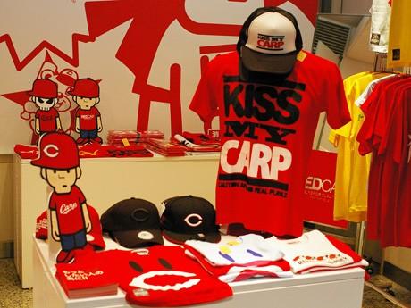 赤を基調にした店内の壁面にはオリジナルキャラクターも描かれる