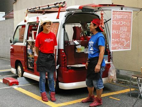 軽ワゴンの移動式カフェは2人で運営。写真右が脱サラ開業した中西篤史さん。