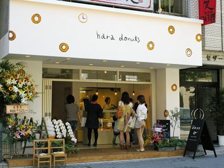 並木通りにオープンした「はらドーナッツ」広島店。人通りが増える12時ごろには行列も。