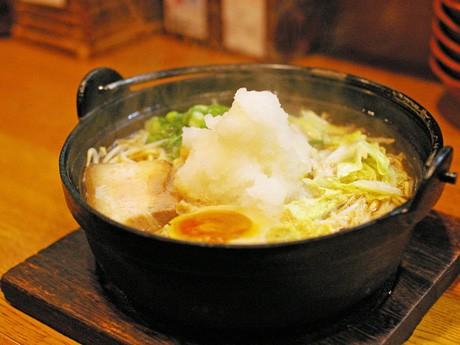 大根おろしが中央に添えられる鶏しょうゆ系の「鍋焼らうめん」