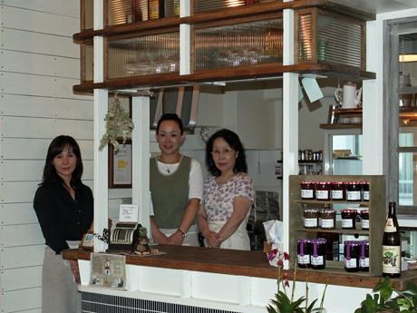 カフェ「アンロビ」のキッチン前にて。写真左から西村知恵さん、千波さん、美津子さん。