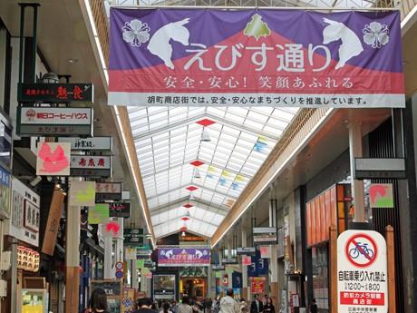 えびす通り商店街のすき間を利用したアート展では、商店街の垂れ幕にもキャラクターをプリント。