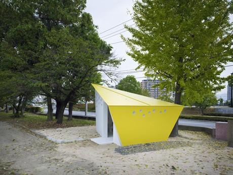 吉島公園に設置された二等辺三角形の屋根が目印の「公園トイレ」(写真:矢野紀行)