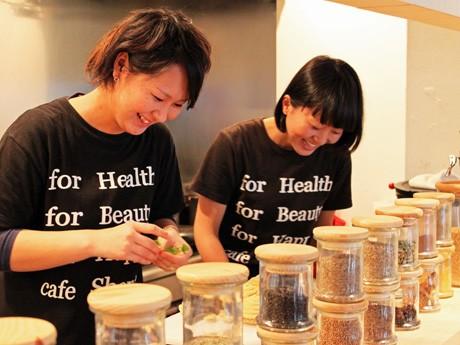 厨房を切り盛りする岸本さん(左)と片上さん