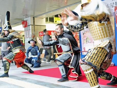 小雨の降る中行われた戦国武将らによる「武将都市」PRで披露した「甲冑(かっちゅう)ダンス」のワンシーン