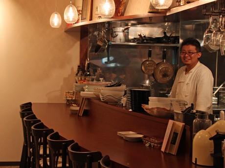 シェフ兼店長の久保田さん(写真)が希望していた調理場と対面式のカウンター席