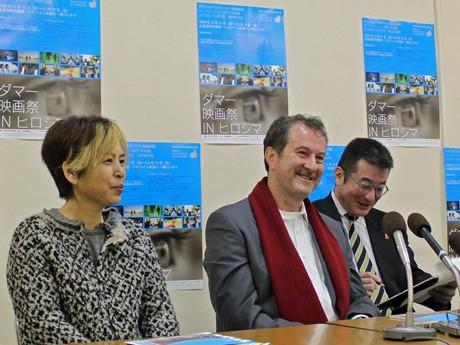 平和記念公園内のレストハウスで行われた記者会見。広島市出身の美術監督部谷(へや)京子さん(写真左)と映画・テレビプロデューサーのラルフ・ウィンターさん。