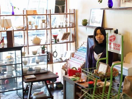 壁面がガラスのため通りからも店内のようすが伺える「木村兄弟雑貨店」