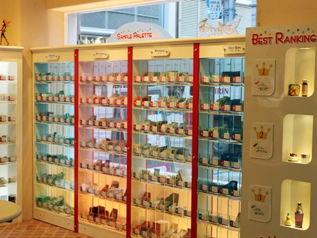 サンプルを手にとって選ぶことのできる「サンプルパレット」仏蘭西屋化粧館店内