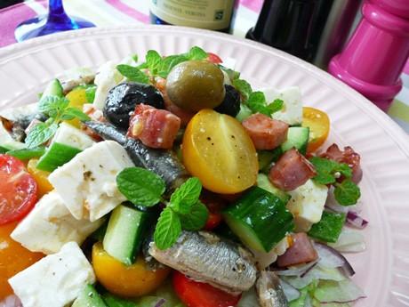 20種類の野菜や肉、魚介を使った色鮮やかな「スーパー美人サラダ」。味付けは塩やコショウ、オリーブオイル。