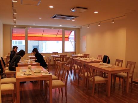 紅茶専門店「リンデン」では一回り大きなテーブルを用意