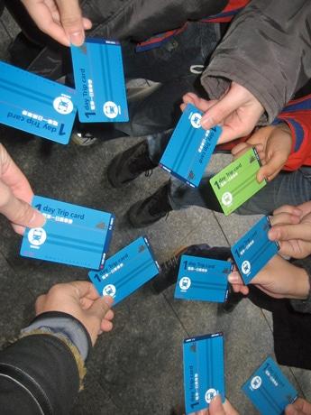 広電ゲームで使用する路面電車の1日乗車券を手に持つ参加者。山口や福岡からの参加も見られた。