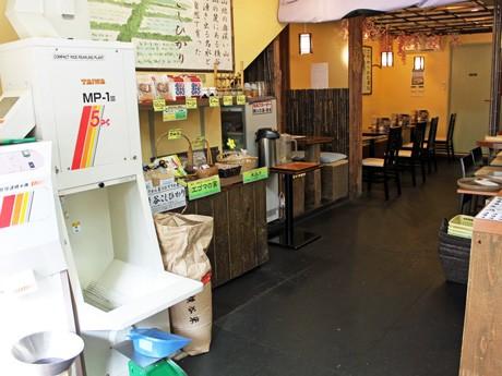 居酒屋業態での営業を始めた「たわら家」店内。入口には精米機や県内産の米を置く。