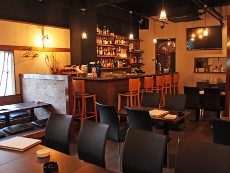 深夜まで営業する広島駅近くのカフェ「cafeチェルシー」店内。