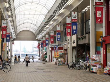 大型複合施設アーバス東千田近くのタカノ橋商店街。昔に比べて、物販店が減少し、飲食店が増えてきたという。