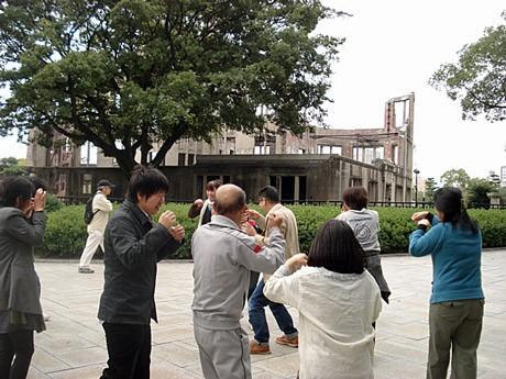 昨年10月に広島の原爆ドーム前で行った「笑いヨガ」の様子