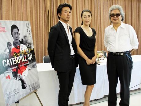 RCC放送で8月6日に行われた映画「キャラピター」の記者会見。写真左から大西信満さん、寺島しのぶさん、若松孝二監督。