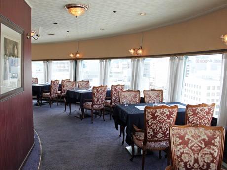 360度回転する「ひろしま国際ホテル」最上階のカフェ店内からは広島市内を一望できる