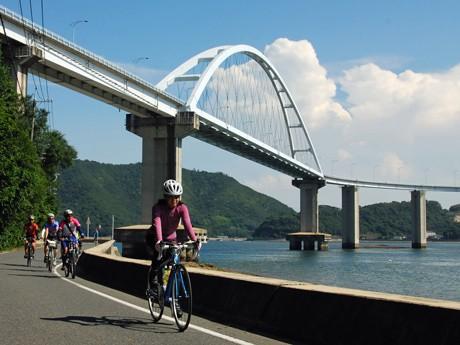 現地ガイド付きツアーで福山・鞆の浦ポタリングコースを走行する参加者