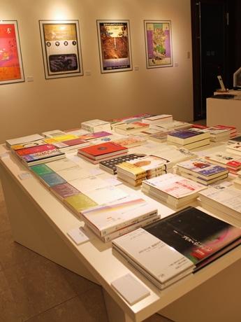 エディトリアル・デザインに特化した本を出版する「工作舎」の書籍。写真奥は「工作舎」ポスター。