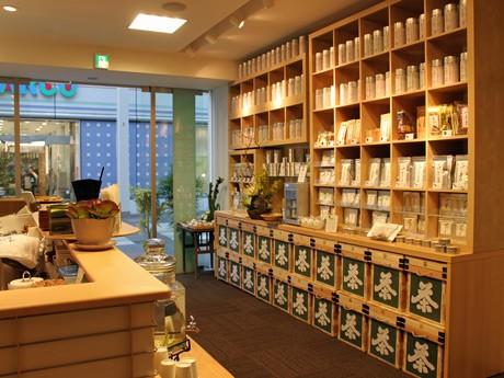 広島パルコ新館向かいにオープンしたカフェ併設の日本茶専門店「田頭茶舗」店内