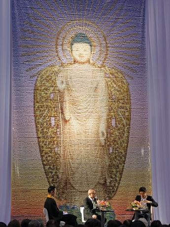 3万600枚の「合掌写真」で作った高さ9メートル、幅5メートルに及ぶ阿弥陀(あみだ)如来像のモザイクアート