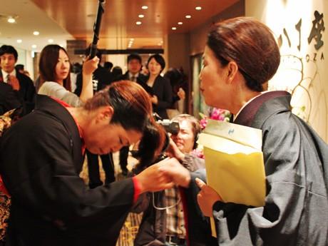 明日オープンする街中の新映画館「八丁座」。序破急の蔵本順子社長(右)と同館のアドバイザーの部谷京子さん。