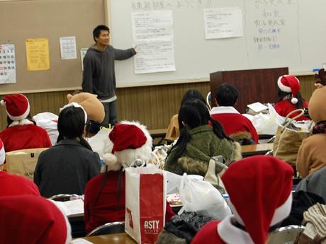 本番を前に講習を受ける青年サンタたち